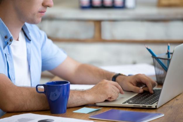 man-typing-on-a-laptop_1218-559